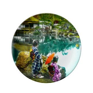 Assiette En Porcelaine Le geisha deux apprécient un jour au cru Japon de
