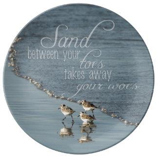 Assiette En Porcelaine Sable entre votre citation de plage d'orteils
