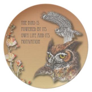 Assiettes En Mélamine L'oiseau est actionné par sa propre vie et son