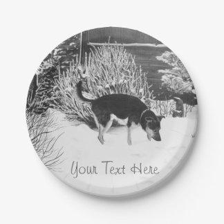 Assiettes En Papier Scène de neige d'hiver avec le chien noir et