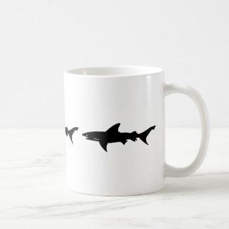 Attaque de requin - plongée avec le noir élégant mug blanc
