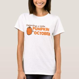 Attendant un peu de citrouille en octobre t-shirt