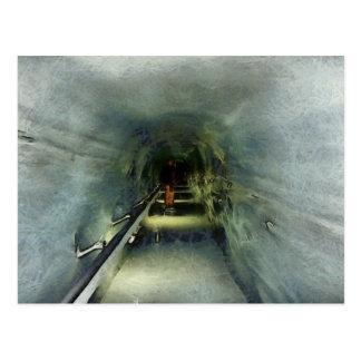 Attente dans le tunnel de glace carte postale
