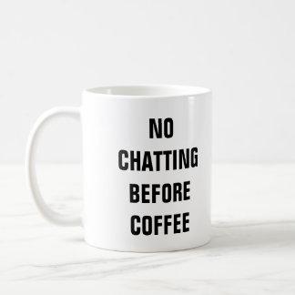 Aucune causerie avant tasse de café blanc du café