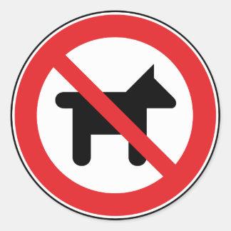 Aucuns chiens permis sticker rond