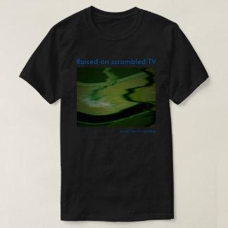 Augmenté sur le T-shirt brouillé de TV