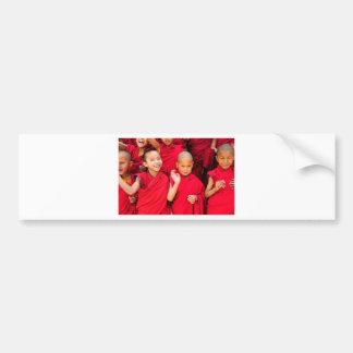 Autocollant De Voiture Petits moines dans des robes longues rouges