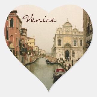 Découvrez la collection des autocollants en forme de coeur et personnalisez-les avec votre texte ou vos designs