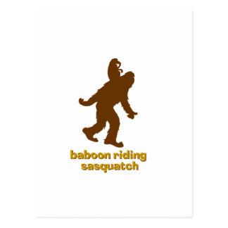 Babouin montant Sasquatch Carte Postale