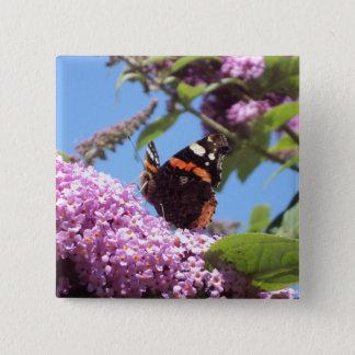 Badge Carré 5 Cm Amiral rouge papillon sur le buddleia