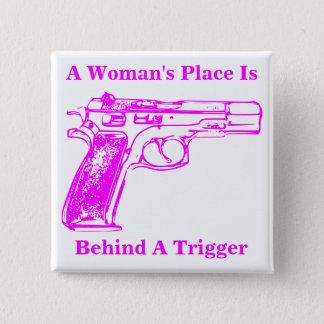 Badge Carré 5 Cm La place d'une femme est derrière un déclencheur