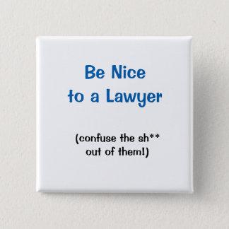 Badge Carré 5 Cm Soyez Nice à un bouton d'avocat