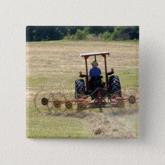 Badge Carré 5 Cm Un jeune garçon conduisant une moisson de tracteur