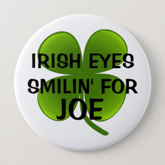 BADGE ROND 10 CM L'IRLANDAIS OBSERVE SMILIN POUR JOE