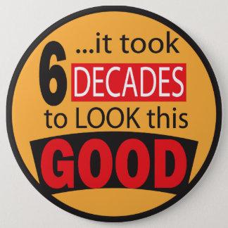 Badge Rond 15,2 Cm Cela a pris 6 décennies pour regarder ce bon