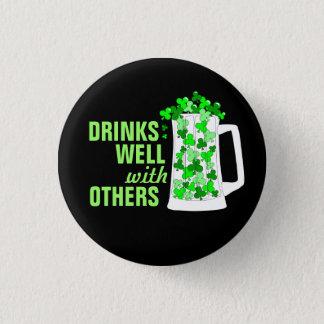 Badge Rond 2,50 Cm Les boissons bien avec d'autres attaque des