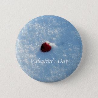 Badge Rond 5 Cm Coeur rouge dans la neige