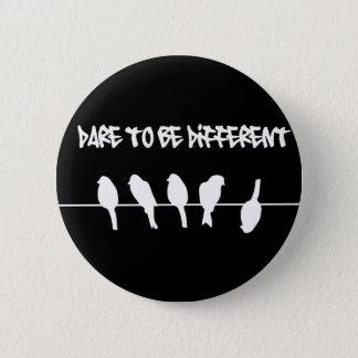 Badge Rond 5 Cm Des oiseaux sur un fil - osez être différent (le