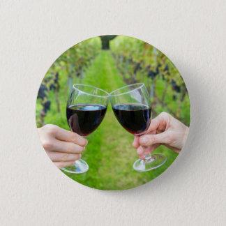 Badge Rond 5 Cm Deux mains grillant avec des verres de vin dans le