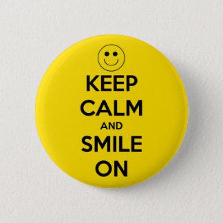 Badge Rond 5 Cm Gardez le calme et souriez sur le jaune