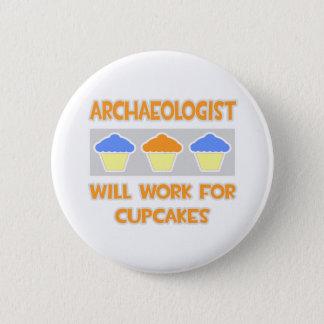 Badge Rond 5 Cm L'archéologue… travaillera pour des petits gâteaux