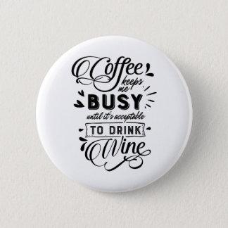 Badge Rond 5 Cm Le café me maintient occupé jusqu'au vin