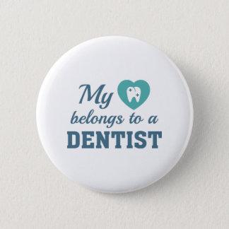Badge Rond 5 Cm Le coeur appartient dentiste