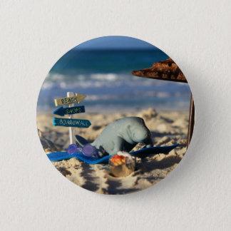 Badge Rond 5 Cm Manfred le lamantin à la plage