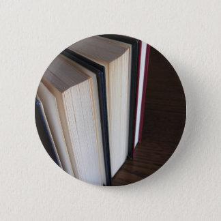 Badge Rond 5 Cm Occasion réserve la position sur une table en bois