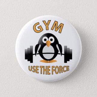 Badge Rond 5 Cm Pingouin avec un haltère