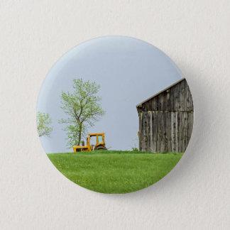 Badge Rond 5 Cm Scène de grange avec le tracteur