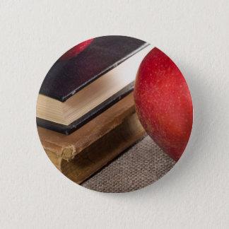 Badge Rond 5 Cm Vue en gros plan des pommes rouges et vieux