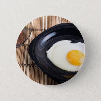 Badge Rond 5 Cm Vue supérieure en gros plan d'un plat noir avec