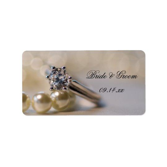 Bague à diamant et perles épousant des étiquettes
