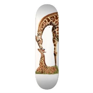 Baisers de girafe et de veau de bébé planches à roulettes