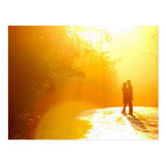Baisers des couples à la lumière du soleil carte postale