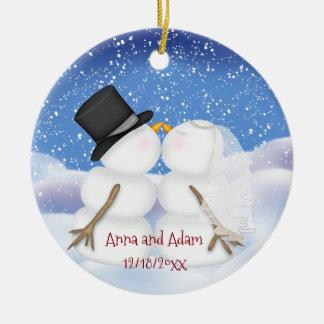 Baisers des jeunes mariés de bonhommes de neige ornement rond en céramique