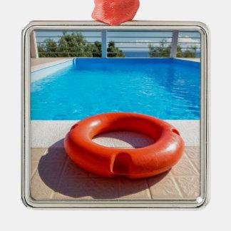 Balise de vie orange à la piscine bleue ornement carré argenté