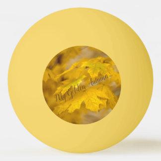 Balle Tennis De Table Feuille jaune d'érable d'automne. Ajoutez le texte