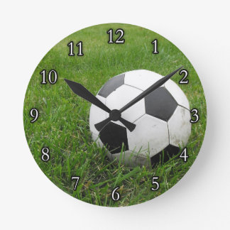 Ballon de football dans l'herbe horloge ronde