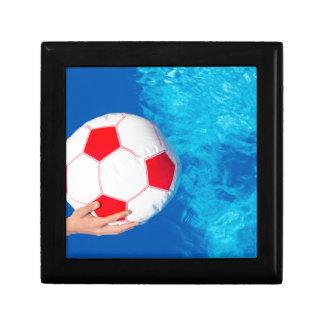Ballon de plage de participation de bras au-dessus boîte à souvenirs
