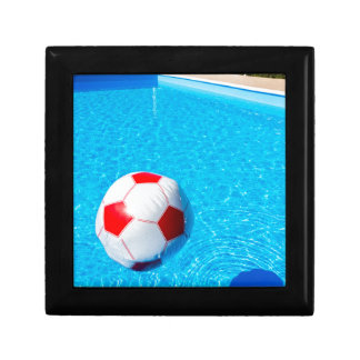 Ballon de plage flottant sur l'eau dans la piscine boîte à souvenirs