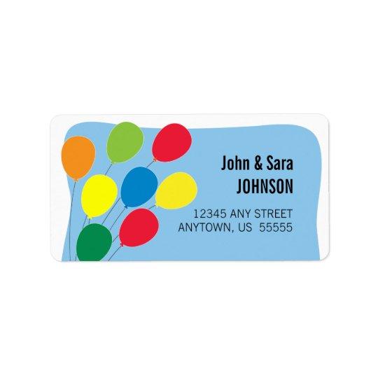 Ballons colorés sur l'arrière - plan bleu-clair étiquettes d'adresse