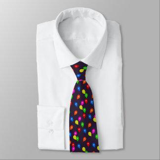 Ballons de sourire d'anniversaire sur bleu-foncé cravate