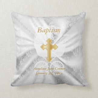 Baptême de bébé sur le satin blanc oreillers