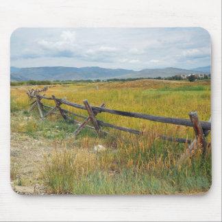 barrière de rondin par une prairie tapis de souris