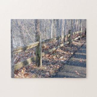 Barrière et ombres de rail en bois dans les bois puzzle