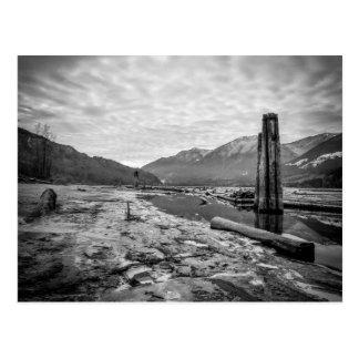 Basse photo de rivière d'hiver noir et blanc carte postale