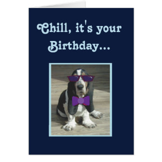 Basset Hound mignon sur la carte d'anniversaire