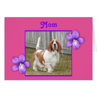 Basset Hound mignon sur la carte du jour de mère
